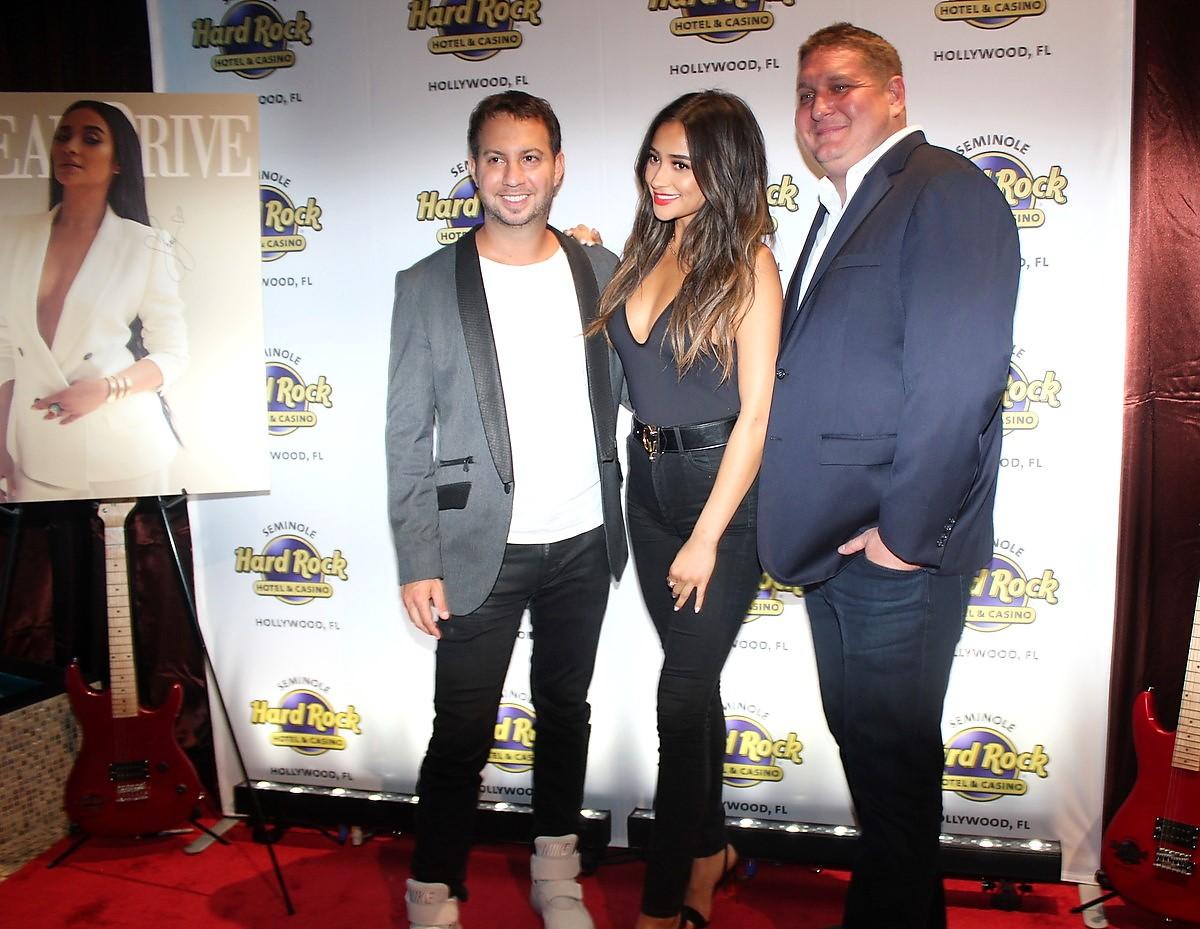 Shay Mitchell Celebra Con Ocean Drive Magazine Su Portada de Mayo/Junio